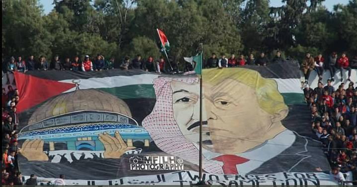 """Résultat de recherche d'images pour """"banderole avec un portrait représentant le souverain saoudien et le président américain unis en un seul visage"""""""
