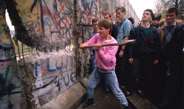 Risultati immagini per muro di berlino